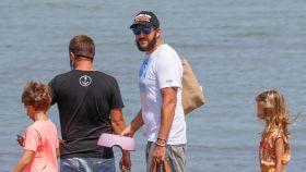 Borja Thyssen a su llegada a la isla de Ibiza junto a su mujer y sus hijos.