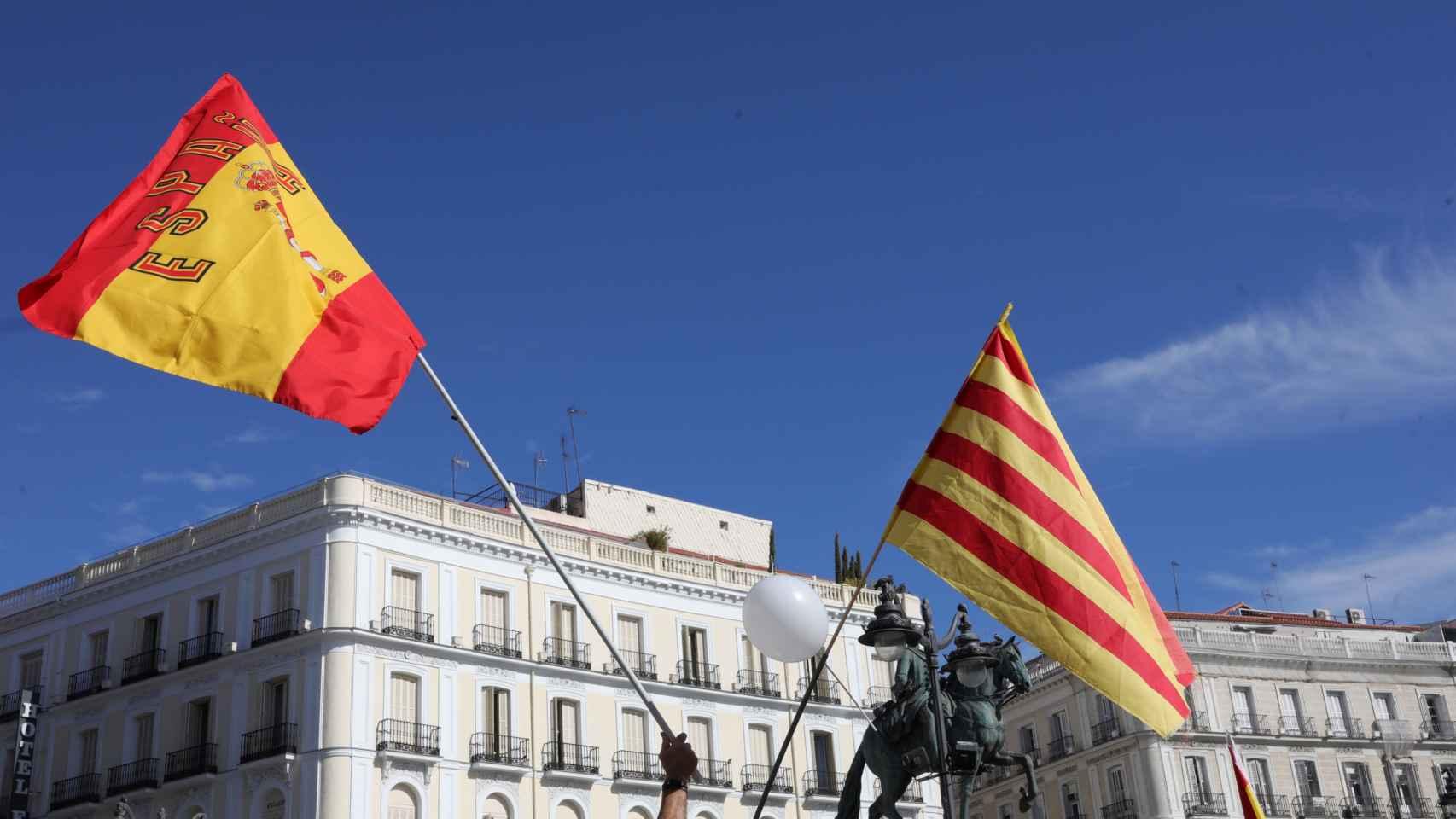 Imagen de archivo con la bandera española y catalana juntas.
