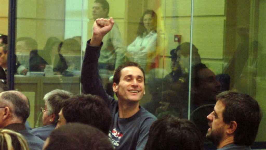 Iker Casanova, parlamentario de Bildu en el País Vasco, levanta el puño durante el juicio en el que fue condenado por pertenencia a banda terrorista.