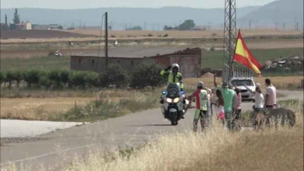 Un Guardia Civil saluda a la bandera durante la Vuelta a Zamora 2019