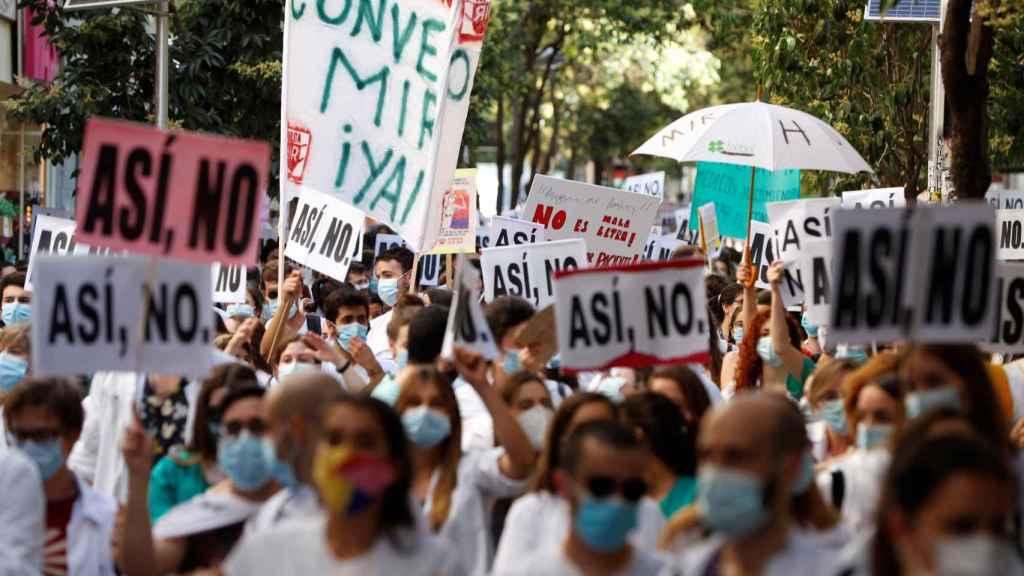 Los MIR se manifiestan en Madrid y piden mejores condiciones laborales.