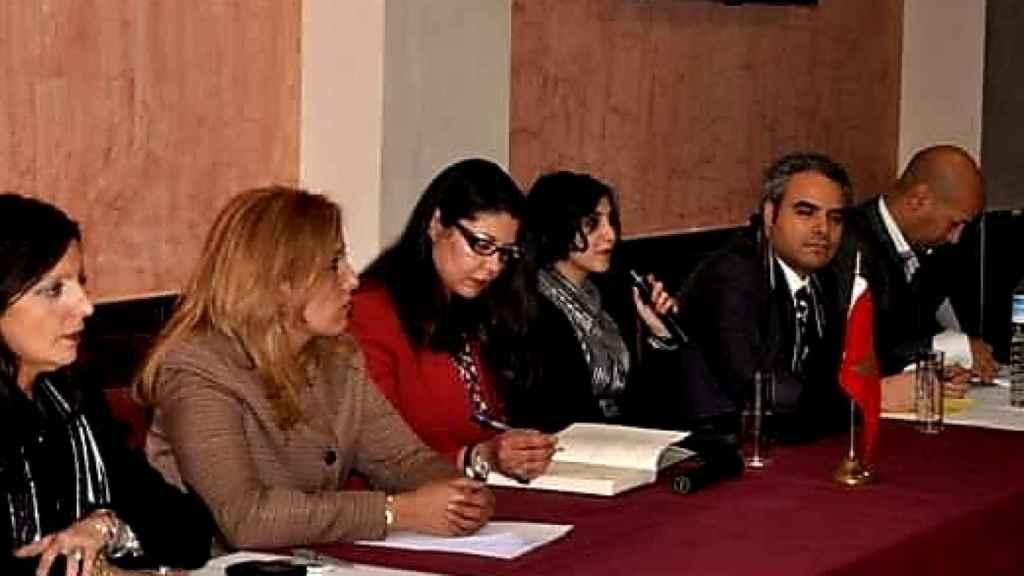 Dina Bousselham interviene en el acto de la Coordinadora Nacional de los Marroquíes en el Mundo en Sevilla.