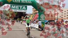 Un ciclista cruza la meta en una etapa de la última edición de La Vuelta a Zamora