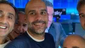 Pep Guardiola y su cuerpo técnico, con Manel Estiarte, celebrando la anulación de la sanción de UEFA por parte del TAS