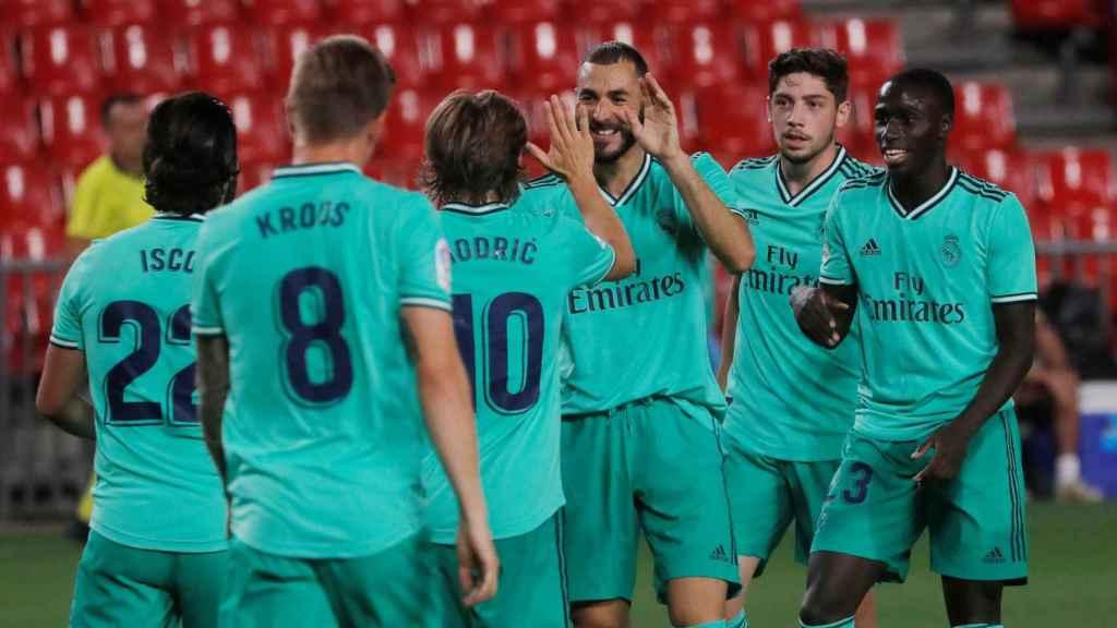 Los jugadores del Real Madrid felicitan a Karim Benzema por su gol al Granada