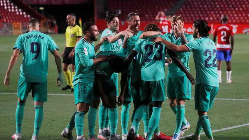 Los jugadores del Real Madrid celebran el gol de Mendy al Granada