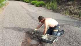 Enrique Galán arreglando el bache de la carretera de Robledillo