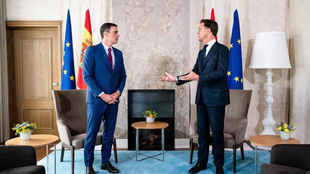 Pedro Sánchez y Mark Rutte conversan este lunes durante su reunión en La Haya