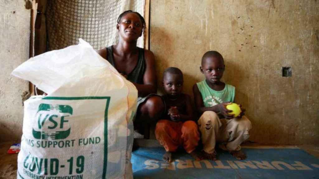 Una familia recibiendo ayuda alimentaria en Nigeria.