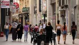 Varias personas caminan por el centro comercial e histórico de Lleida. EFE/Enric Fontcuberta