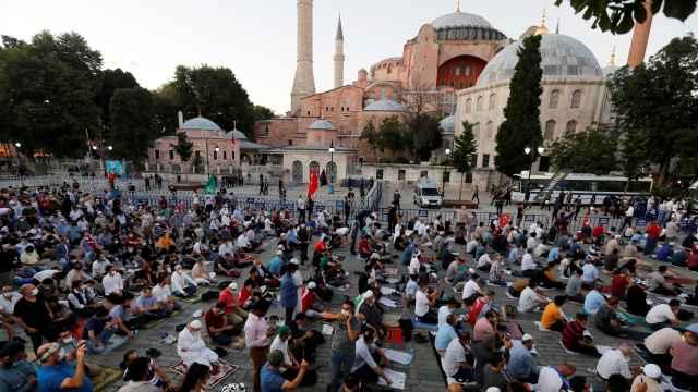 Musulmanes rezando delante de Santa Sofía tras la decisión de reconvertirla en mezquita.