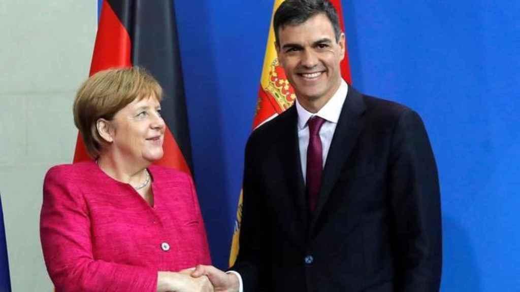 La canciller alemana Angela Merkel estrecha la mano al presidente español Pedro Sánchez.