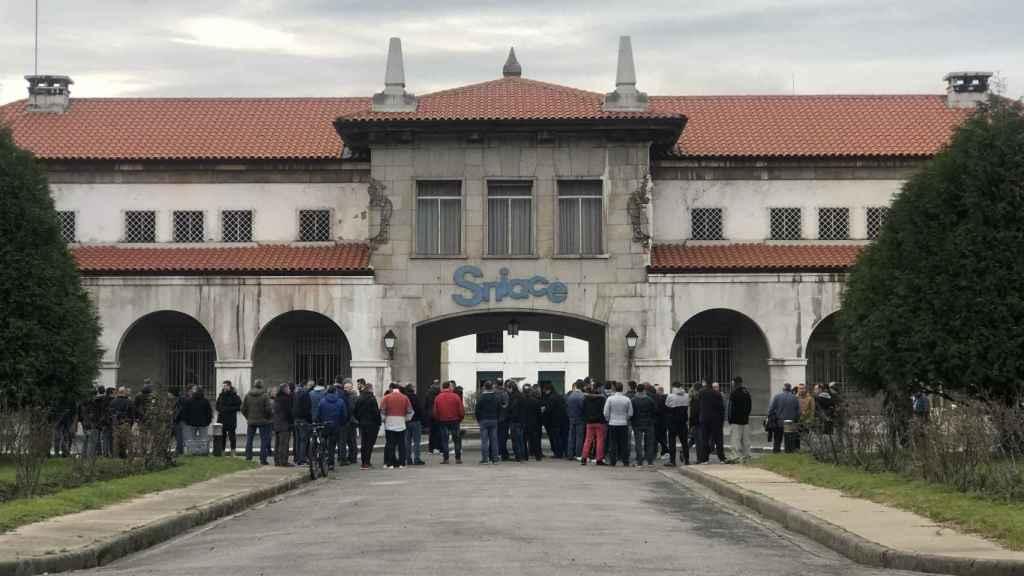Concentración de trabajadores en la fábrica de Sniace en Torrelavega.