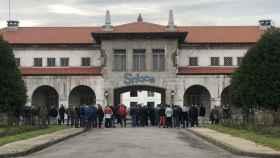 Extrabajadores de Sniace se manifiestan a las puertas de la fábrica de Torrelavega.