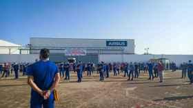 Los trabajadores de Airbus concentrados en la planta de Tablada de Sevilla
