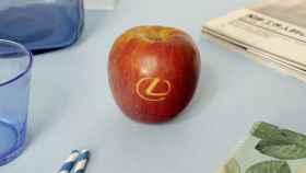 Imagen de la manzana Fuji creada por Lexus.