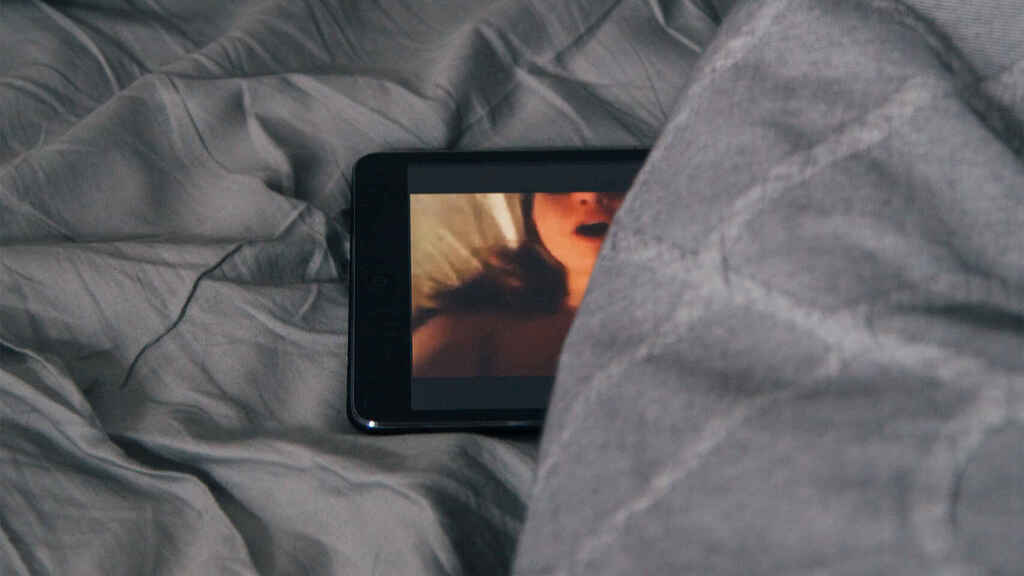 Un vídeo de carácter sexual siendo reproducido en un smartphone.