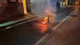 El sofá de la vivienda de Alicante, ardiendo en la calle.