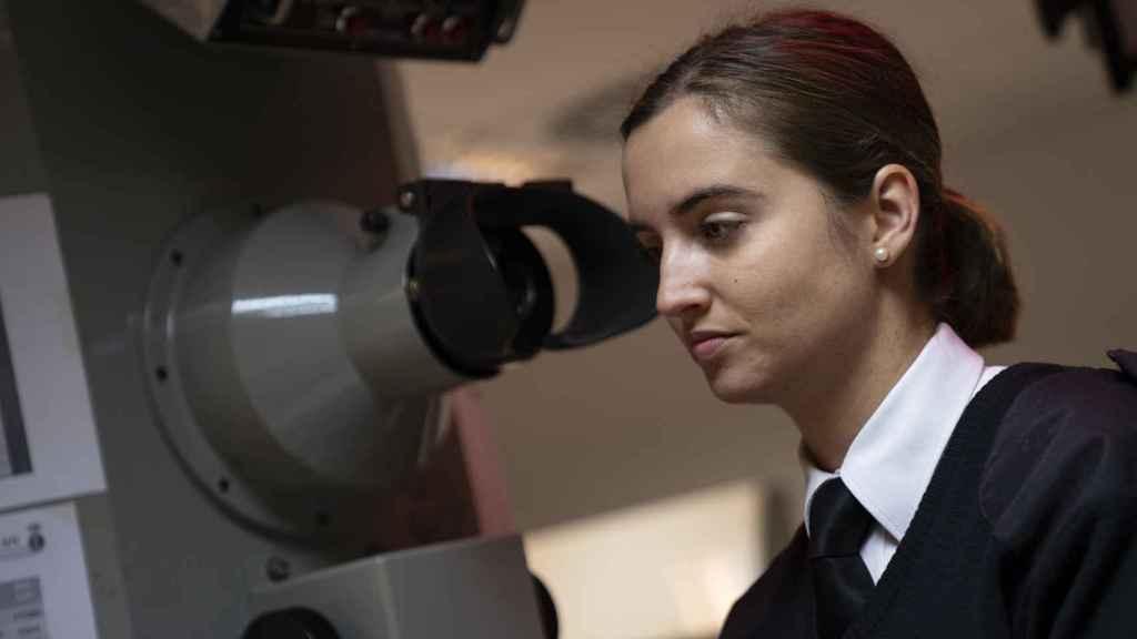 Laura Vitalia González Martínez, con uno de los simuladores que utilizan en la Escuela de Sumbarinos.