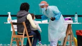 Una madre con su hijo se someten a las pruebas PCR en Getaria.