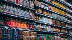 Una estantería de un supermercado con bebidas.