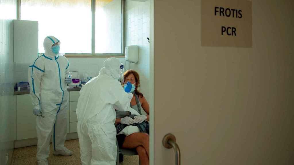 Profesionales sanitarios realizan test PCR en un Centro de Atención Primaria. EFE/ Enric Fontcuberta