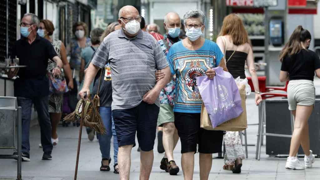 Varias personas en el mercado del barrio de Collblanc de Hospitalet (Barcelona).