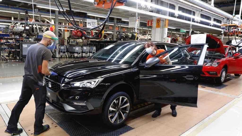 Imagen de los trabajadores de Seat en Martorell en la línea de producción del Seat León.
