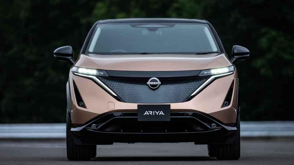 El frontal del Nissan Ariya es muy llamativo y cuenta con un nuevo emblema.
