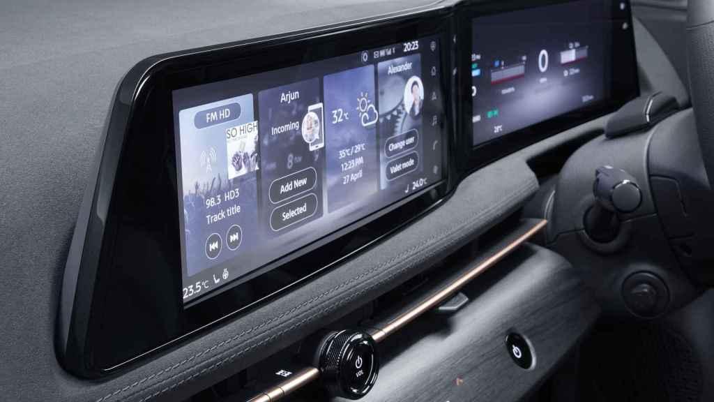 Doble pantalla en el interior del coche.
