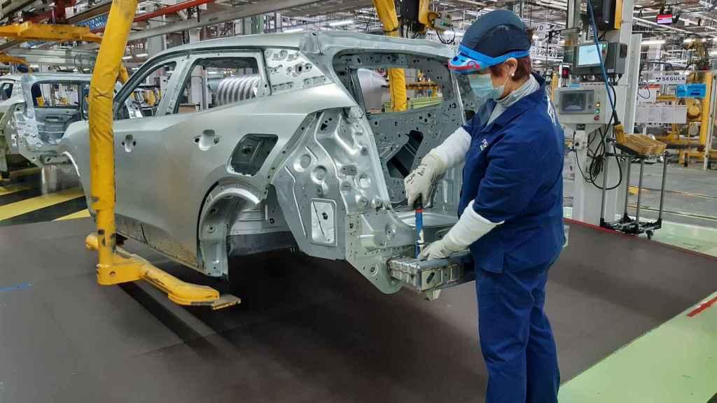 Un empleado en la planta de Vigo de PSA.