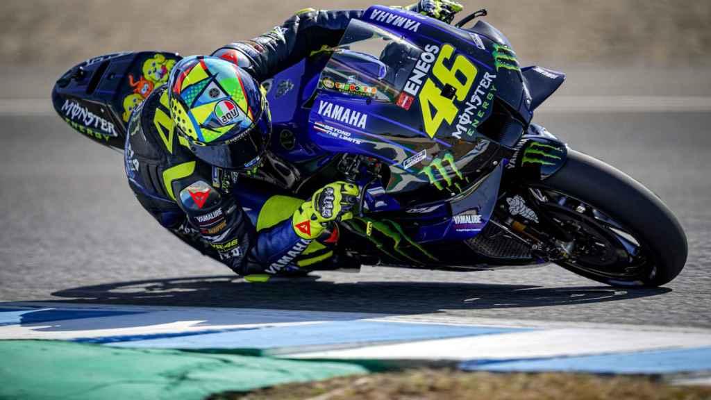 Valentino Rossi traza un viraje, durante el test previo al Gran Premio de España, en Jerez.