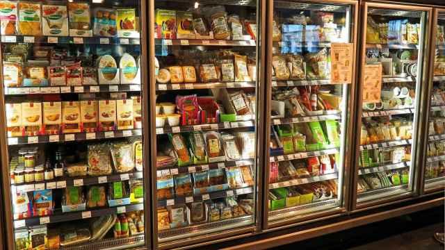 Las estanterías de un supermercado repletas de alimentos ultraprocesados.