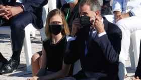 Felipe VI junto a Leonor en el momento en que se coloca la mascarilla tras su discurso.