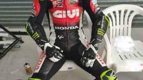 Carl Crutchlow, corredor de Moto GP, sentado
