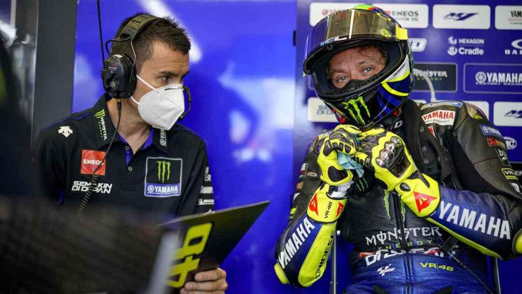 Valentino Rossi, junto a su técnico David Muñoz, en el box de Yamaha en el circuito de Jerez.