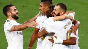 Los jugadores del Real Madrid felicitan a Benzema por su gol al Villarreal