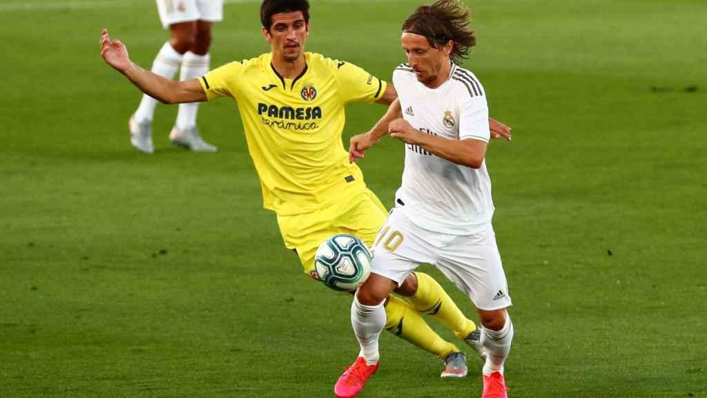 Luka Modric, perseguido por un jugador del Villarreal