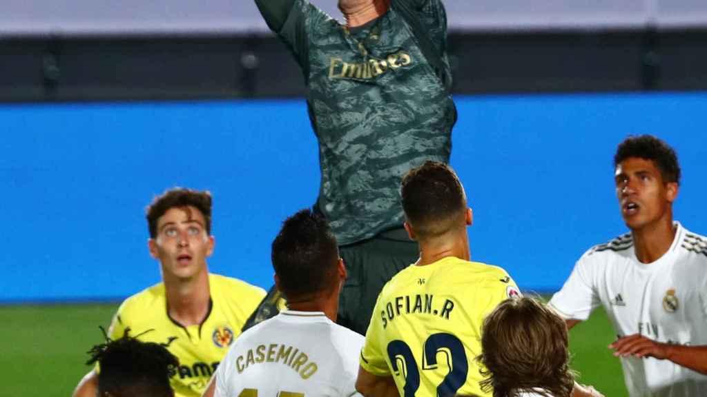 Courtois se anticipa a los jugadores del Real Madrid y Villarreal y detiene el balón por alto