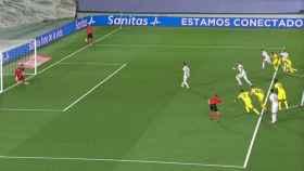 Sergio Ramos pasa el balón a Benzema en el lanzamiento del penalti