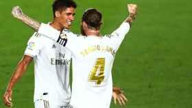 Varane y Sergio Ramos se abrazan tras el pitido final
