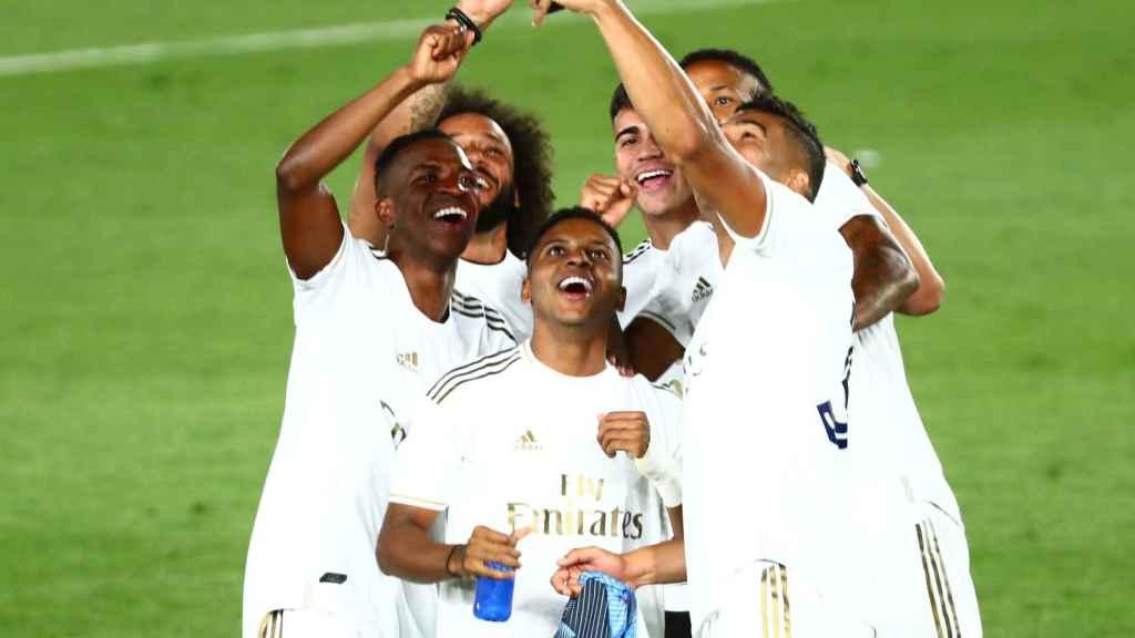 Los jugadores brasileños del Real Madrid se fotografían durante la celebración por el título