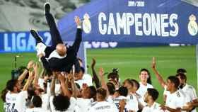 Los jugadores del Real Madrid mantean a Zinedine Zidane