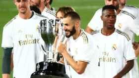 Karim Benzema con el título de campeón de Liga