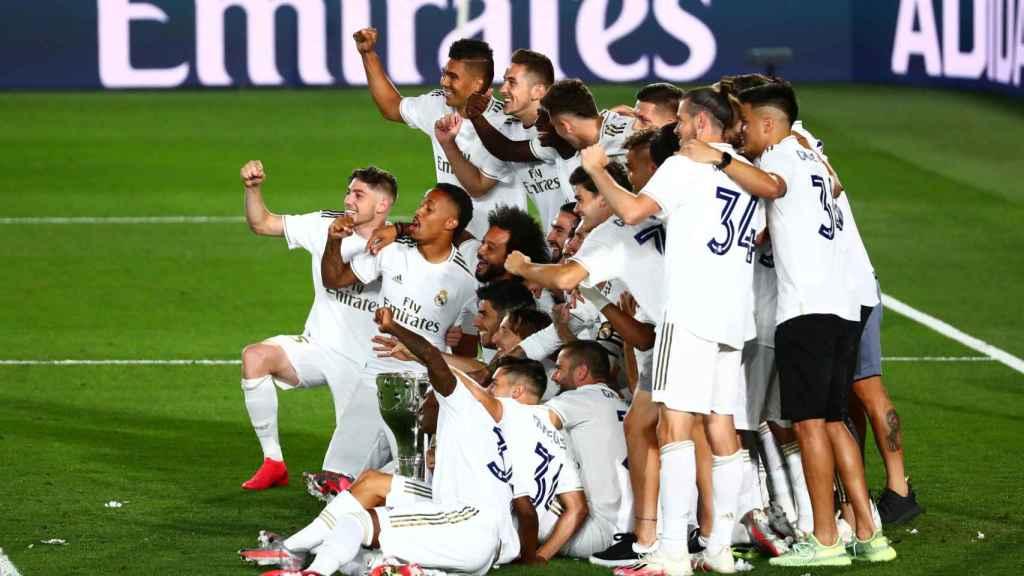 Los jugadores del Real Madrid posan con el trofeo de campeón de Liga