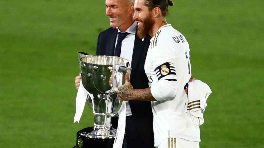 Zidane y Sergio Ramos posan para los fotógrafos con la copa de campeón de Liga