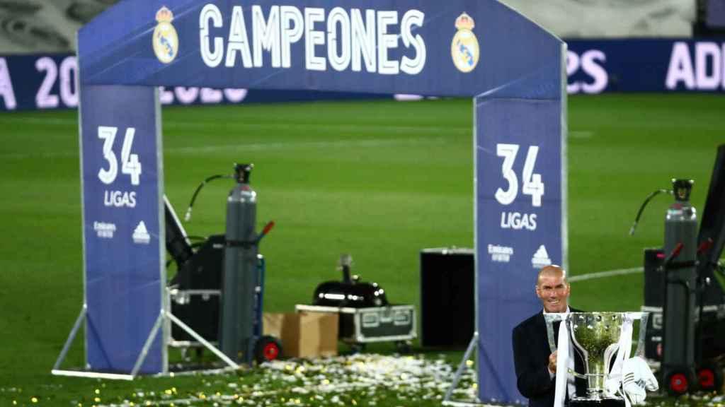 Zinedine Zidane en el Estadio Alfredo Di Stéfano con el título de campeón de Liga