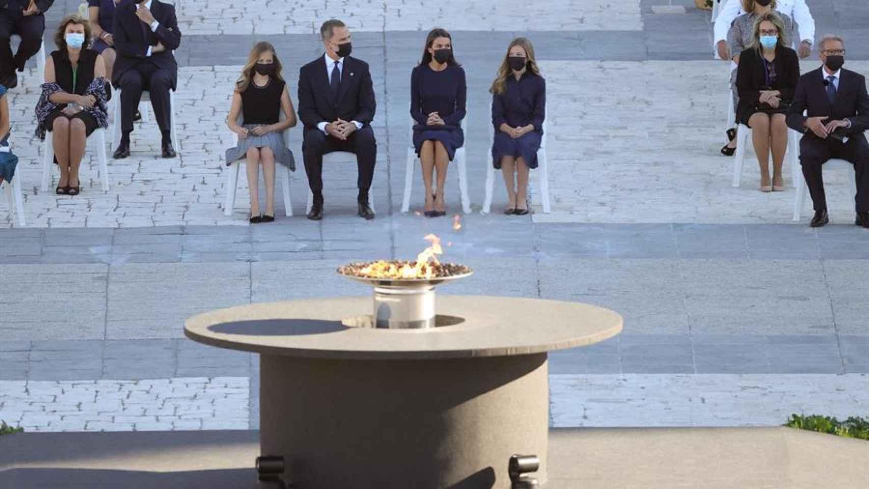 El rey Felipe VI (2i), la reina Letizia (2d), la infanta Sofía (d) y la Princesa de Asturias (i) momentos antes del comienzo del homenaje de Estado a las víctimas