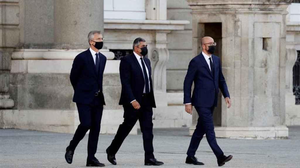 Jens Stoltenberg (OTAN), Zurab Pololikashvili (OMT) y Charles Michel (Consejo Europeo) a su llegada al Patio de la Armería.
