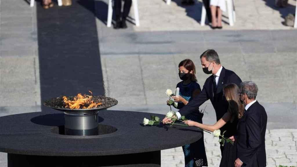El Rey Felipe VI, la Princesa de Asturias, la jefa de Urgencias del Vall d'Hebron, Aroa López, y Hernando Calleja, hermano del periodista José María Calleja, en el acto de 2020.